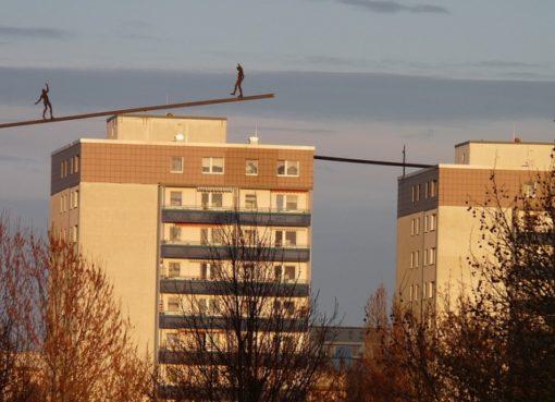 Balancierende Figuren auf dem Dach
