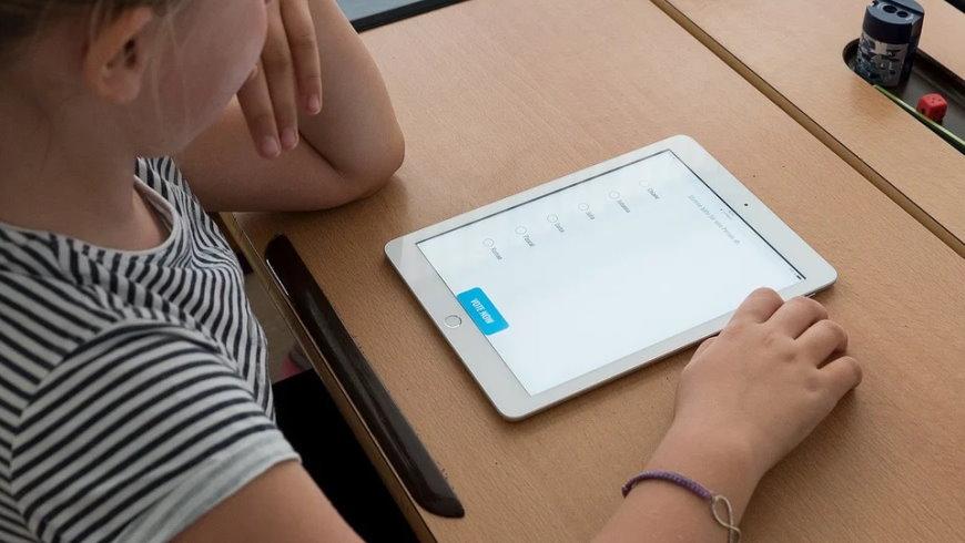 Schülerin mit Tablet-Computer