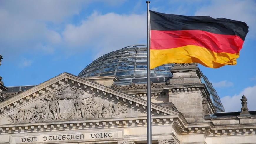 Bundestag mit Flagge
